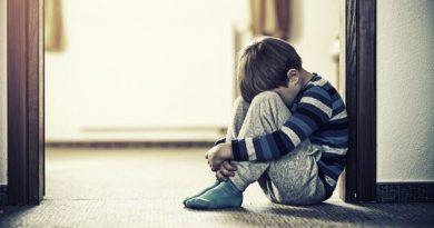 طفل حزين